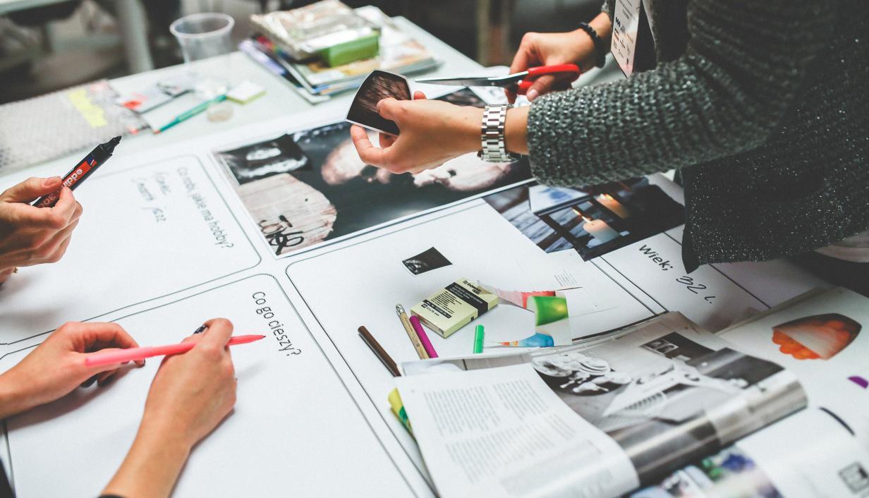 mesa de trabalho com papeis e caneta